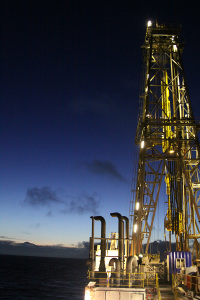 The drilling ship JOIDES Resolution enables scientific drills of more than two kilometres' depth at a water depth of up to 6000 metres, giving unparalleled insight into the structure of the Earth's interior and processes therein. The image shows the 60-metre high drilling rig at night. (Image: Dr. Christoph Beier)