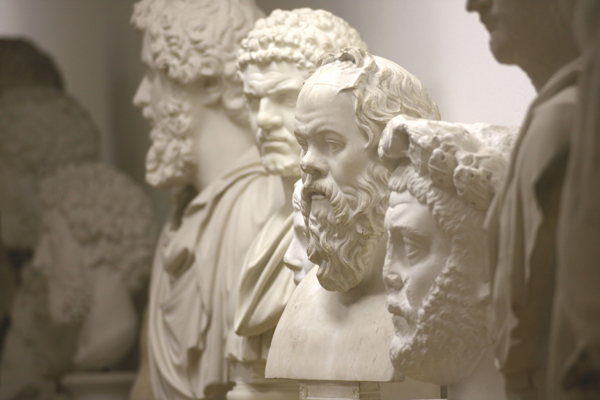 Portrait gallery in the collection of plaster casts with Roman emperors and Greek philosophers (Image: Georg Pöhlein)
