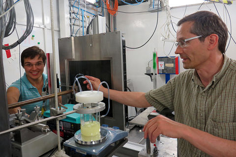 Mirijam Zobel and Prof. Dr. Reinhard Neder during the experiment at the European Synchroton Research Facility in Grenoble. (Image: FAU)