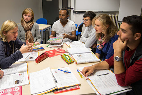 Ulrike Fink (l.) is one of the lecturers who teachers German language courses for refugees and asylum seekers. (Image: Erich Malter)