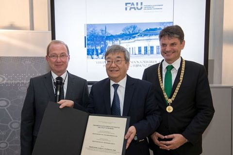 From left to right: Prof. Dr.-Ing. Reinhard Lerch, Dean of the Faculty of Engineering, Prof. James Fujimoto, Ph.D., Prof. Dr.-Ing. Joachim Hornegger, President of FAU (Image: FAU/Erich Malter)