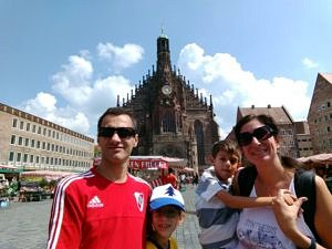 Prof. Ballarre with her husband Diego (left) and their kids Paulina and Enzo at the central market place of Nürnberg. (Image: Diego L. Lucifora)