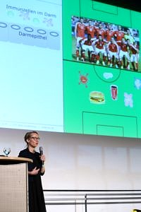 PD Dr. rer. nat. Dr. habil. med. Claudia Günther presenting her research at the Dies academicus 2018 in the frame of a science slam. (Image: FAU/Kurt Fuchs)