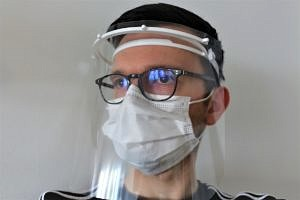 Materials science student Felix Maußner is manufacturing protective visors on private 3D printers as part of the initiative 'MakersVsVirus Erlangen'.